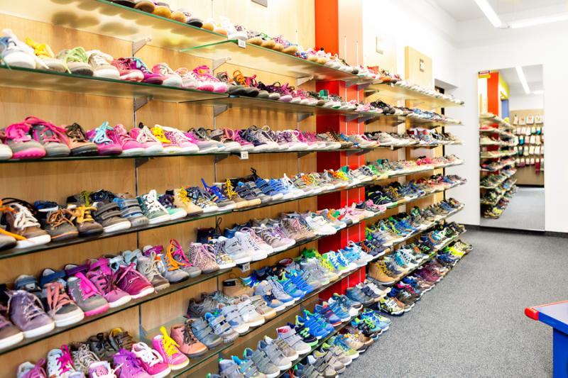 Ladeninnenraum Schuh Sommer - Kinderschuhe in vielen Größen und Farben